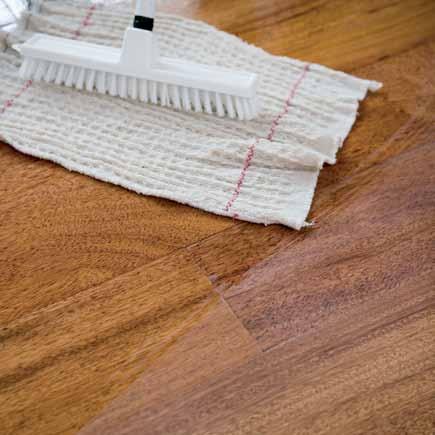 Lackiertes-Parkett-mit-Baumwolltuch-reinigen-und-pflegen