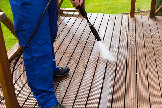 Terrasse-mit-Hochdruckreiniger-reinigen